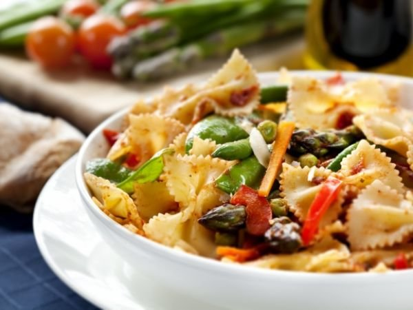 Фарфалле с курицей. вкусный рецепт с томатами и базиликом