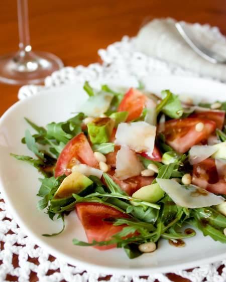 Салат с клубникой и рукколой: рецепты для особого случая