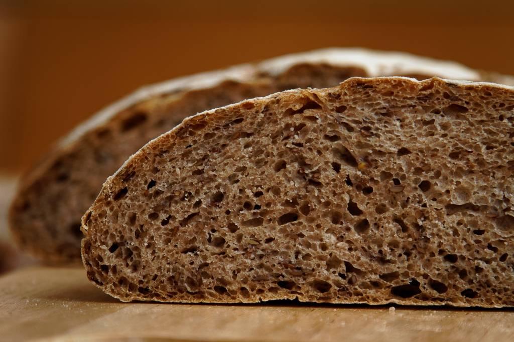 Дрожжевой хлеб со свёклой и льняными семечками