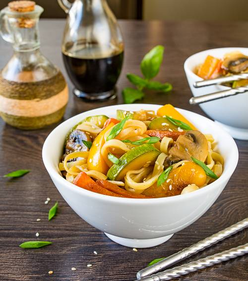 Лапша с овощами - рецепт с курицей, грибами, как приготовить