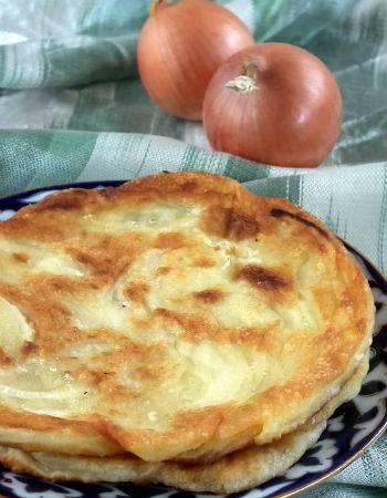 Луковые лепешки - 7 рецептов на сковороде, в духовке, в домашних условиях