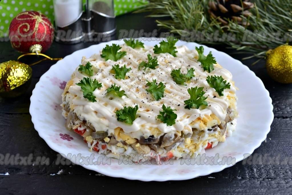 Простой, но очень вкусный салат с курицей, грибами и кукурузой