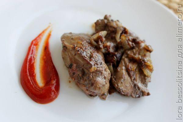 Печень свиная жареная с мукой и красным луком
