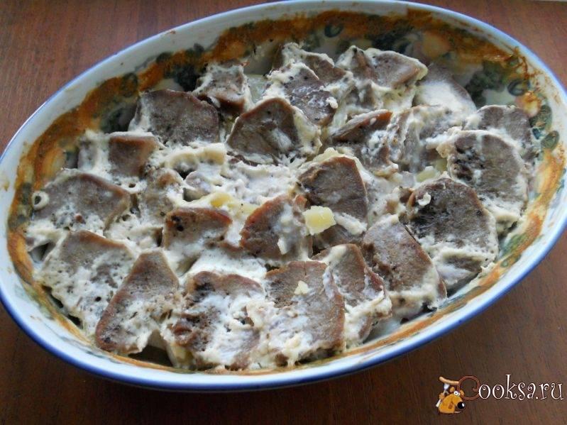 Язык, запеченный в сливочном соусе с картофелем