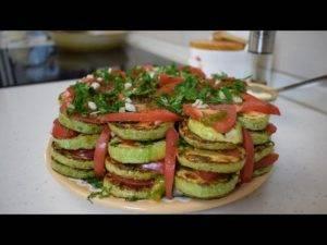 Жареные кабачки с чесночным соусом и помидором