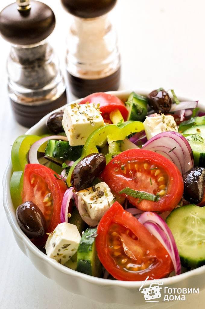 Салат с брынзой — свежие молодые овощи, оливки, зелень и сыр