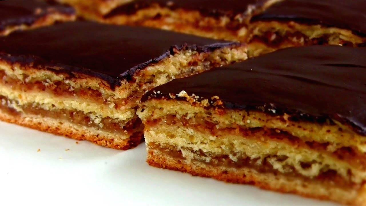 Кекс с арахисом в шоколадной глазури