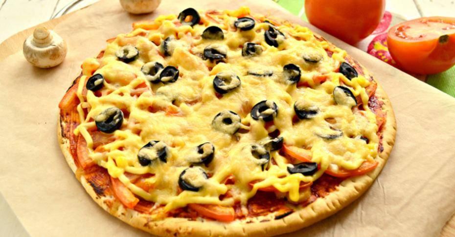 Пицца с ветчиной, помидорами и маслинами! невозможно остановиться!