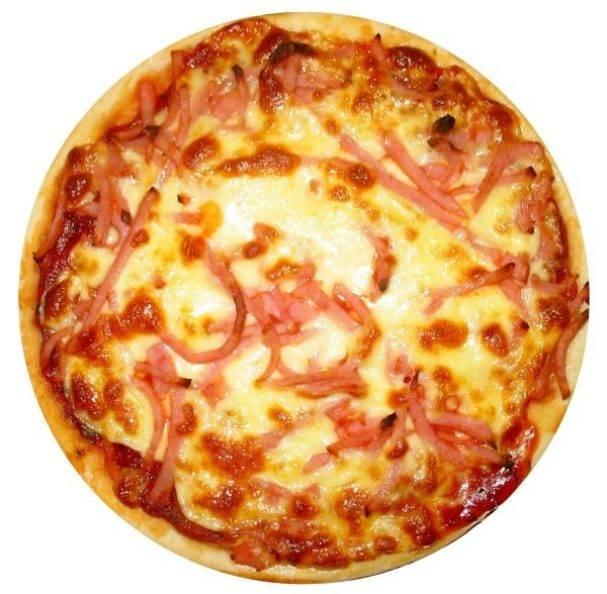 Пицца с колбасой помидорами и сыром