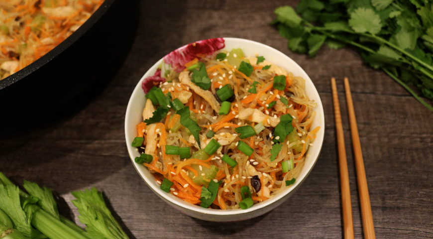 Острая корейская лапша с говядиной овощами и яйцом