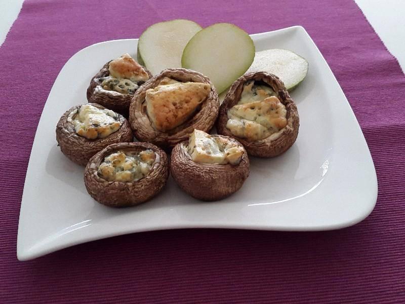 Фаршированные шампиньоны в духовке с сыром — идеальная закуска для праздничного стола