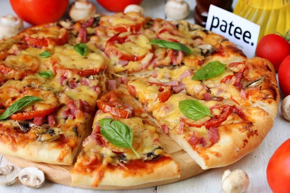 Пицца с грибами и помидорами черри
