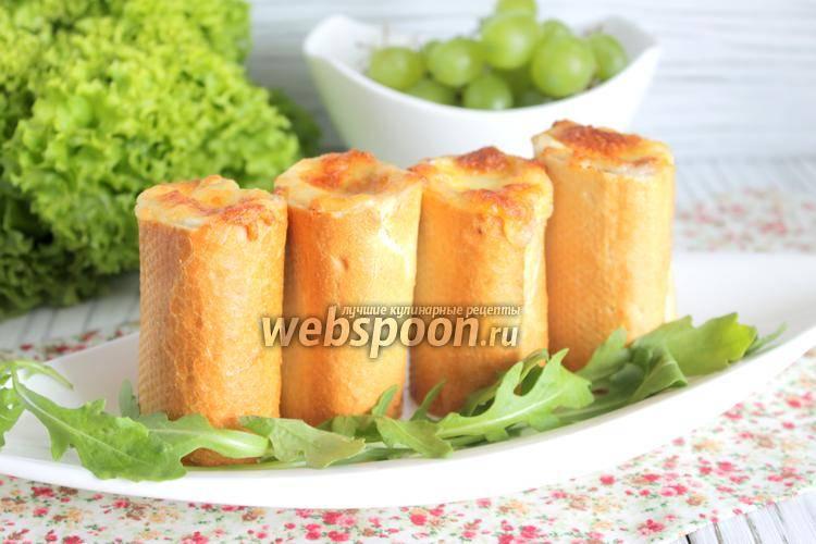 Тёплый салат в булочке