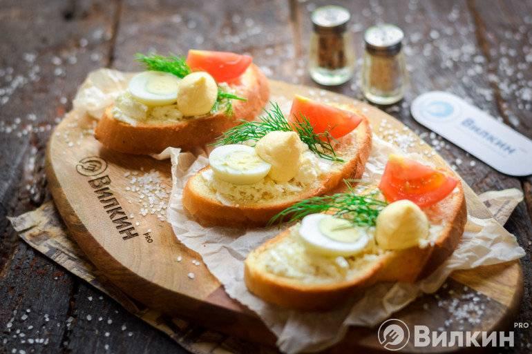Гренки с сыром и колбасой на сковороде