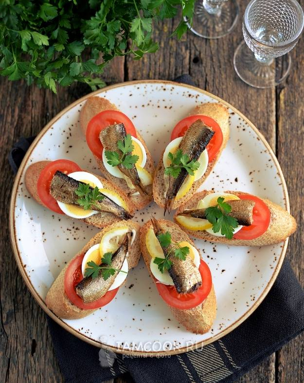 Три рецепта бутербродов со шпротами и соленым огурцом, которые стоит повторить