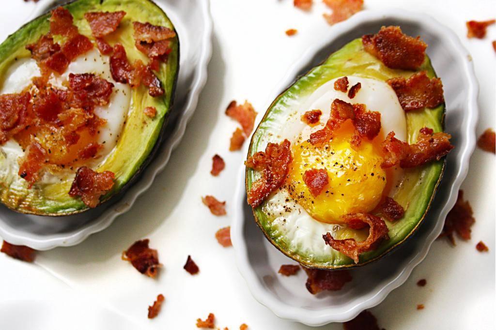 Яйцо в авокадо с беконом
