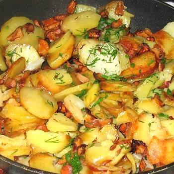 Жареная картошка с лисичками на сковороде
