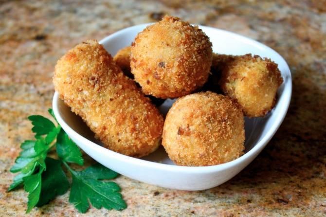 Картофельные шарики под грибным соусом