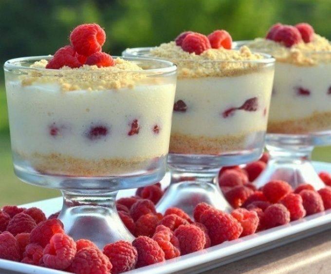Лимонный десерт с малиной