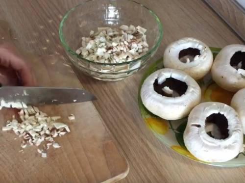 Фаршированные шампиньоны с помидорами в духовке на новый год