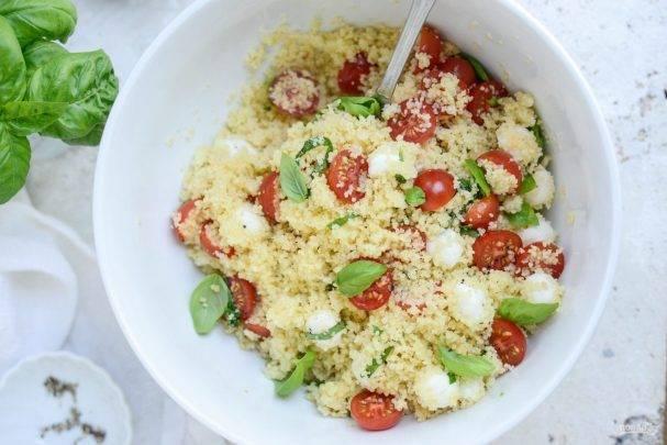 Летний салат из помидоров черри с маринованной моцареллой