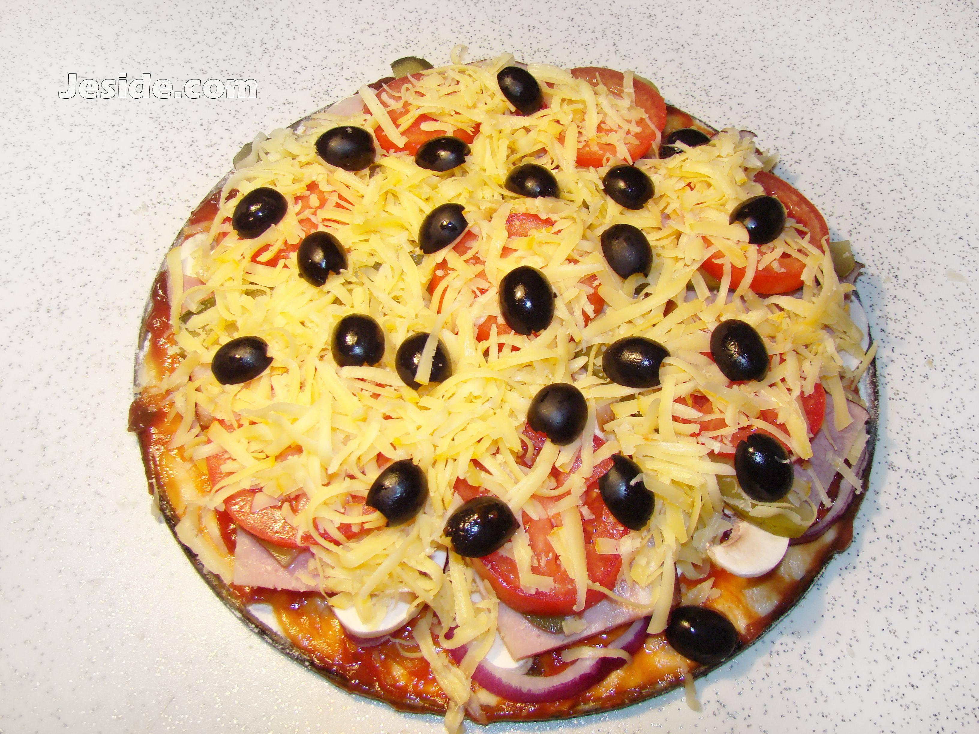 Пицца с маринованными помидорами и шампиньонами