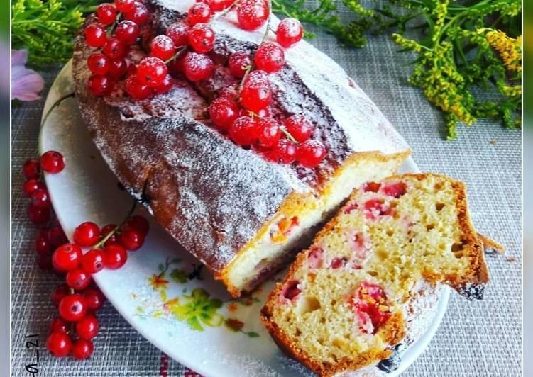 Простой кекс с красной смородиной