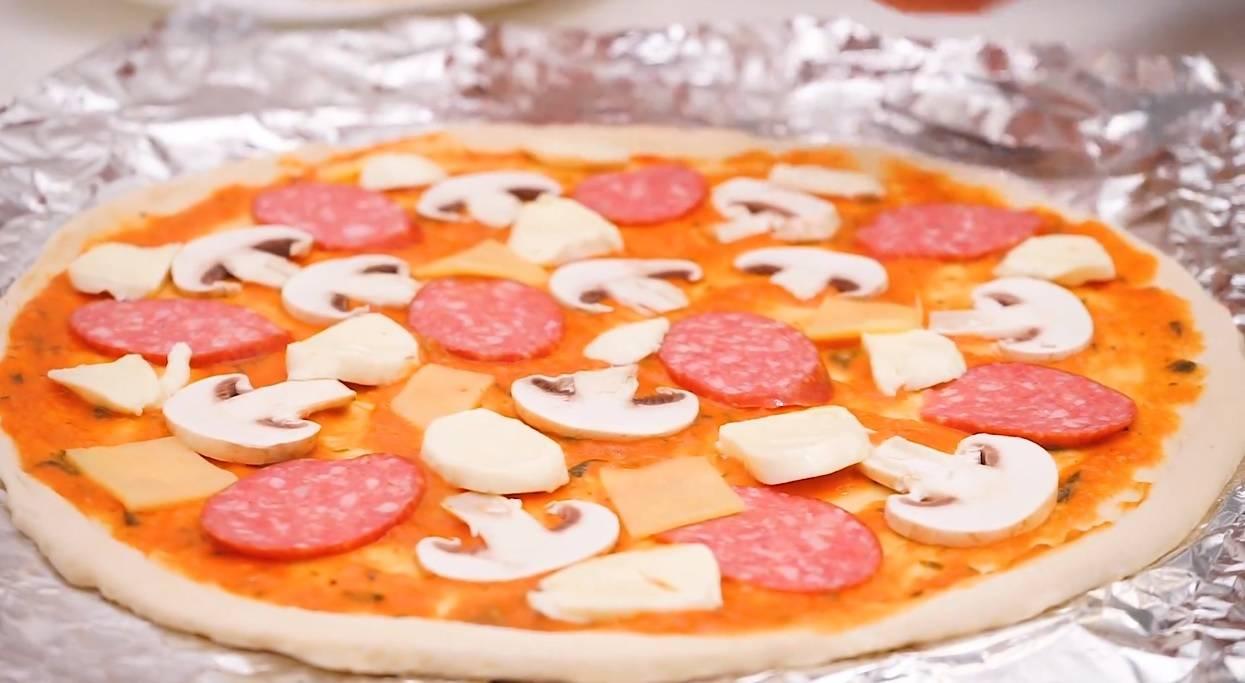 Безглютеновые порционные пиццы с фрикадельками из индейки рецепт | гранд кулинар