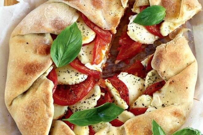 Деревенская галета с помидорами, моцареллой и тимьяном рецепт – европейская кухня: выпечка и десерты.