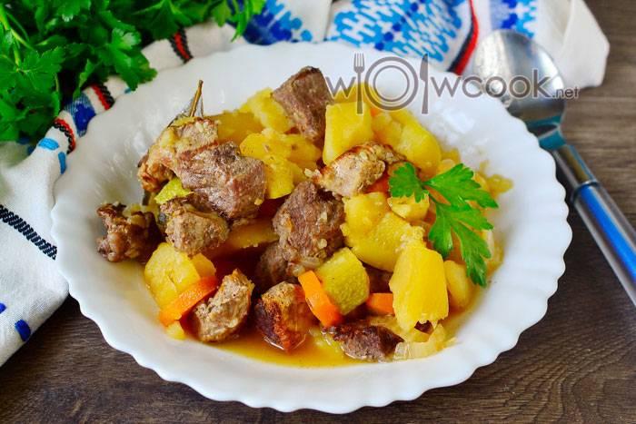 Овощи, тушеные с кабачками и баклажанами на сковороде