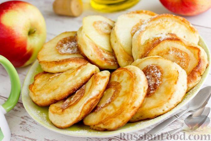 Яблочные оладьи с корицей