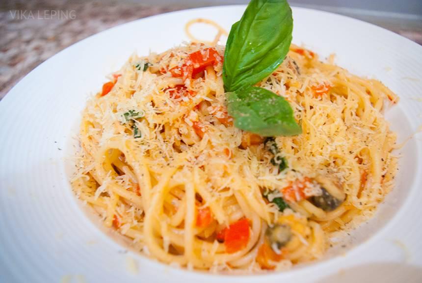 Спагетти с морепродуктами и овощами