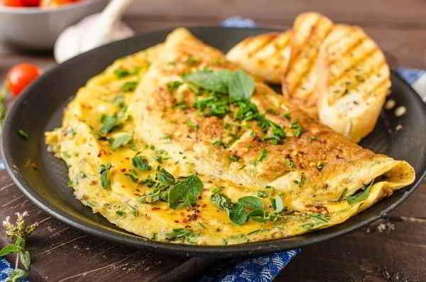 Омлет с сыром - просто, быстро и вкусно - 7 пошаговых фото в рецепте