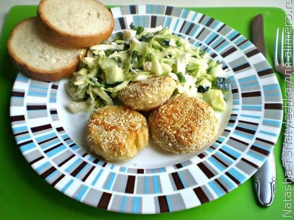Картофельные биточки в кунжутной панировке с овощным салатом