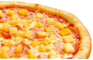 Домашняя пицца по-гавайски с ананасами