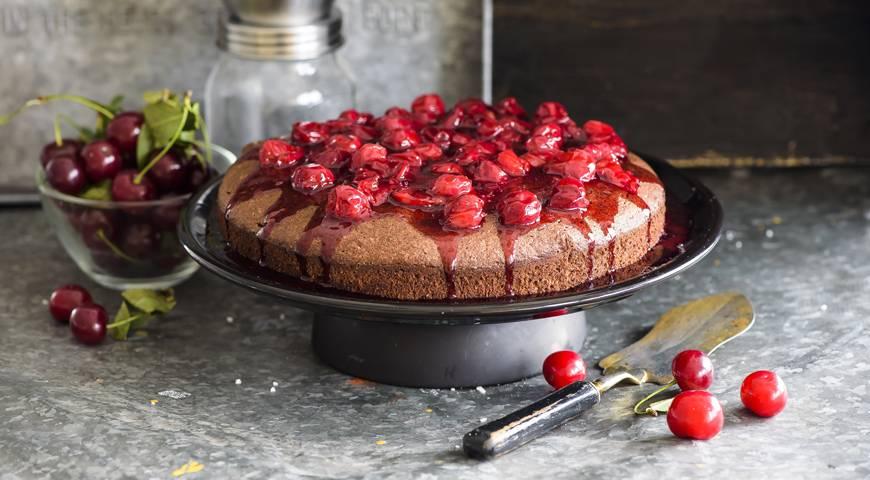 Пирог с вишней и черным шоколадом