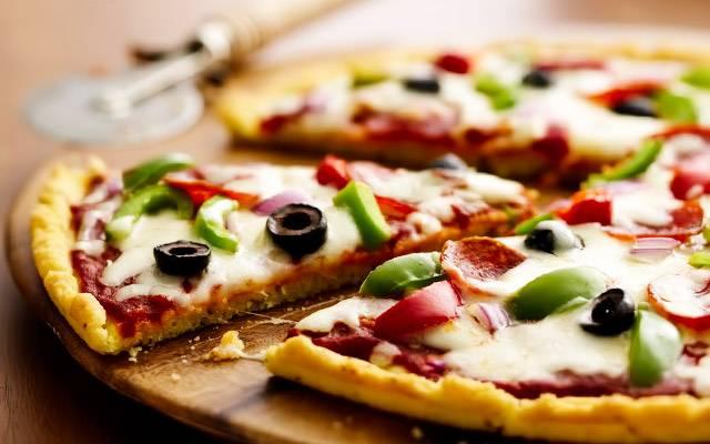 Дрожжевое тесто для пиццы в хлебопечке и вручную