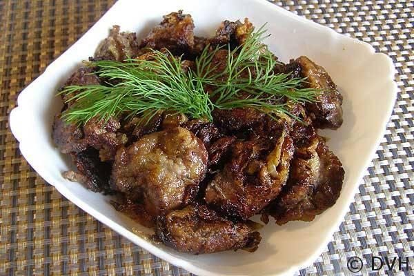 Куриная печень с луком на сковороде