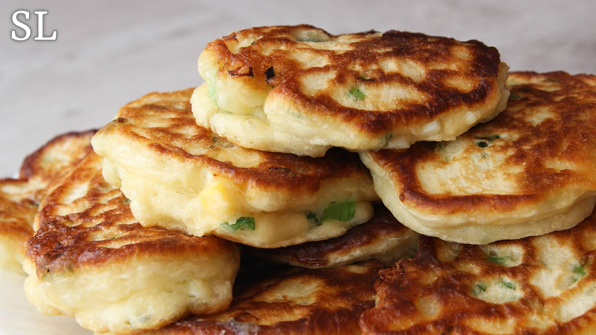 Луковый пирог с луком, сыром, яйцом