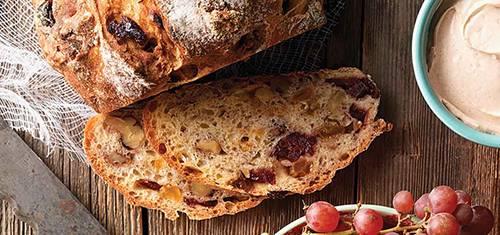 Домашний ароматный хлеб с клюквой и орехами