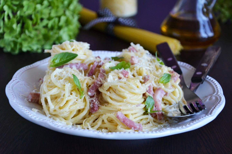 Паста с ветчиной и сливочнім соусом — очень вкусно и сытно