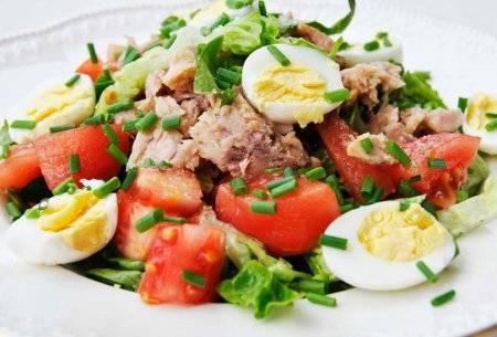 Салат с тунцом и помидорами: 9 рецептов  