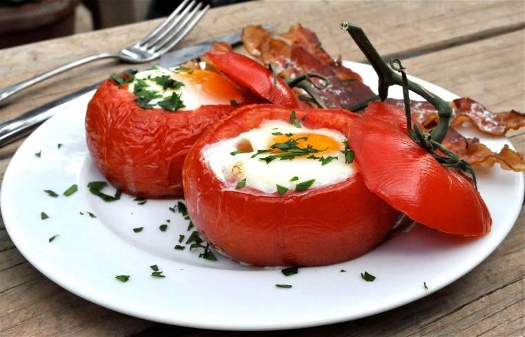 Салат из ветчины яиц и помидоров с сыром