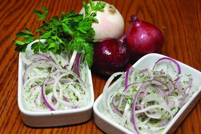 Как замариновать лук для салата - быстро и вкусно: рецепты в горячей воде, с уксусом и без