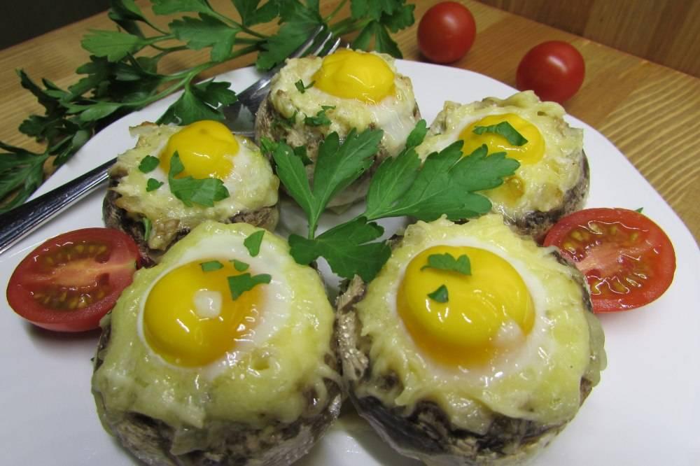 Фаршированные перепелиными яйцами грибы