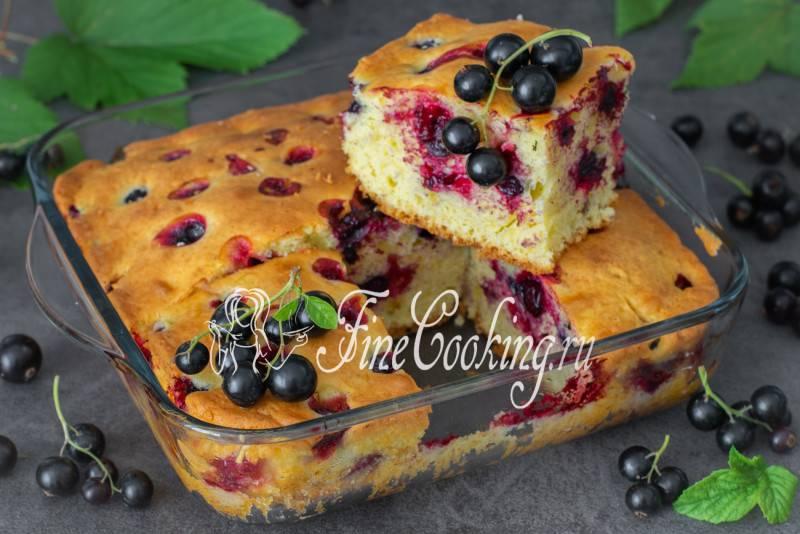 Легкий торт со смородиной и сливой