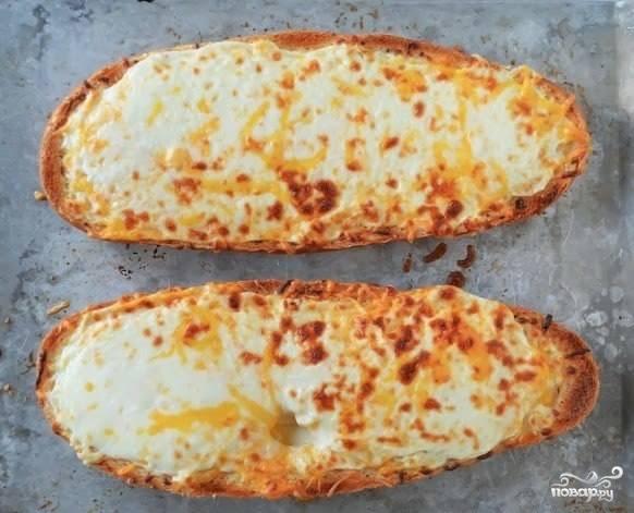 Вариант подачи хлеба с сыром и чесноком