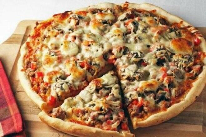 Пицца с салями колбасой и сыром