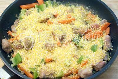 Гарнир из кукурузной крупы в сковороде с овощами