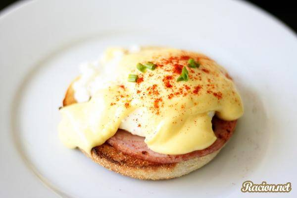 Яйца бенедикт на завтрак